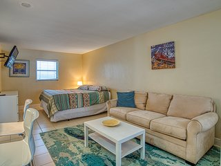 Poolside condo close to Pompano Beach w/A/C and free WiFi