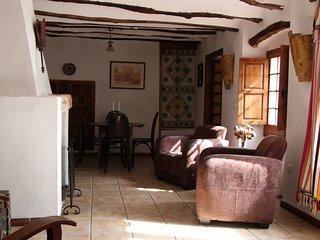 de woon/eetkamer met fijne fauteuils en eettafel met vier stoelen.