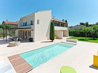 Maussane-les-Alpilles Holiday Home Sleeps 12 with Pool and Free WiFi - 5808139