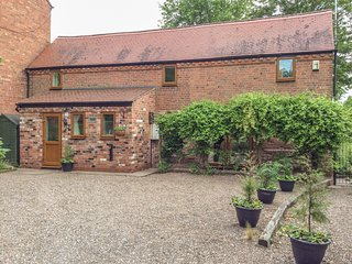 CREAM DOOR COTTAGE, private enclosed garden, Kidderminster
