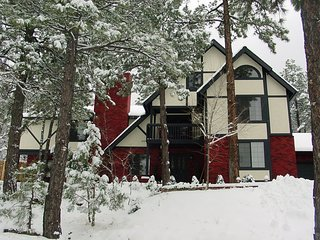 Luxury Former B & B, Loaded, 13 TVs, 5 Firepl, 6 Jetted Tubs, near Flagstaff