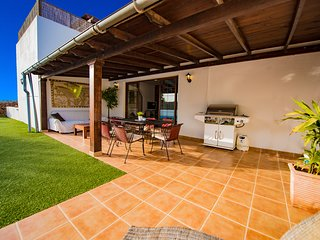 Luxury villa with warm Pool 28c year round and Jacuzzi In private setting