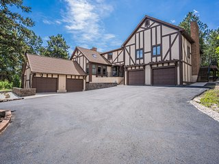 5BR Poe Manor ★ Entertain,Hot Tub+Has Everything!