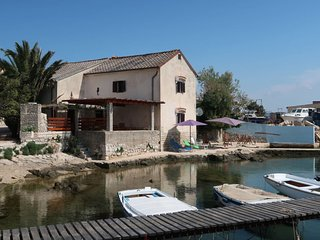 5 bedroom Villa with Air Con, WiFi and Walk to Beach & Shops - 5650588