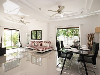Golden Palm Villa - Spacious 3 Bedroom Private Pool & Garden Villa