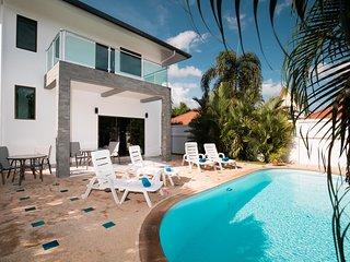 Golden Palm Villa - Spacious 3 Bedroom Private Pool & Garden Villa