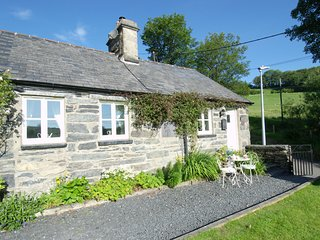 Willoughby Cottage, Snowdonia National Park, pet-friendly, WiFi, private parking