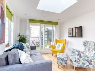 Central Bright 3 Bed Flat. Pool & Secure Parking