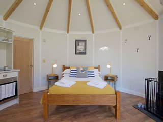 The Boat House Roundhouse, East Thorne, Bude - A hot tub break for the family on