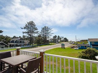 Location!!, Ocean View, Pets OK, *HOT TUB* Step to beach/town, WiFi (1303Bay)