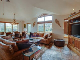 Single-level, waterfront penthouse w/ mountain views - next to Nottingham Lake!