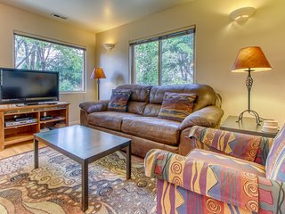 Golf-course-front condo on fairway w/ shared seasonal pool - close to parks!
