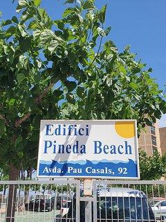 El apartamento se encuentra en el edificio Pineda Beach, en el centro del paseo.