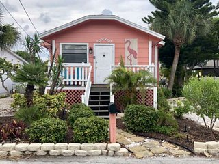 Steps to the beach and Bay,  sunrise /sunset ,WiFi, Laundry, grills, Paradise! J