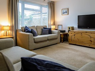 Modern house with enclosed garden, sleeps 6 - nearby Chichester & Goodwood