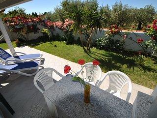 bilocale MIRTO con piscina e giardino comune