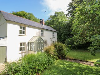 LITTLE TREVEAN country cottage, woodland garden, en-suite shower room, Coverack