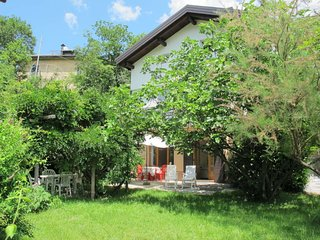 2 bedroom Apartment with Walk to Shops - 5715472