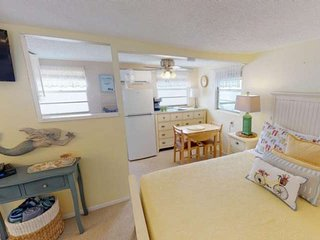 Cozy beach bungalow, steps to the Beach and Bay ! Kitchen, Laundry, WiFi, Grills