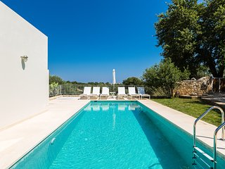 Totally secluded villa in nature, with private pool, close to the beach & shops!