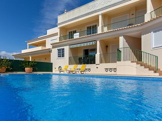 Beautiful Two Bedroom apartment in Salgados, sea views and pool, air con