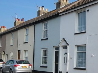 Pebble Cottage - A delightful two bedroom cottage a minute from the sea!