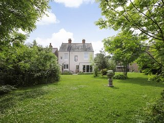 Belmont House - Elegant family holiday home with a large garden, sleeping 8