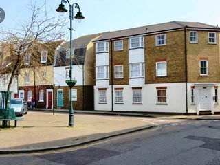 Flat 1 Alfred Mews - Charming and spacious ground floor flat seconds from the be