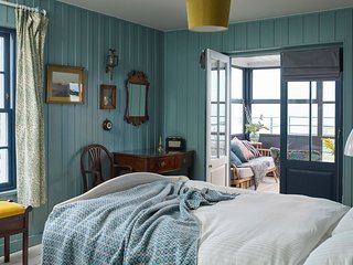 The Victory - Stunning Nordic themed seafront retreat sleeping 10 on the beach