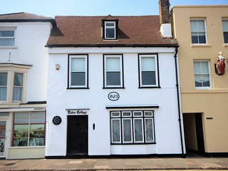 Tudor House - A charming tudor cottage right on the seafront sleeping 5 with won
