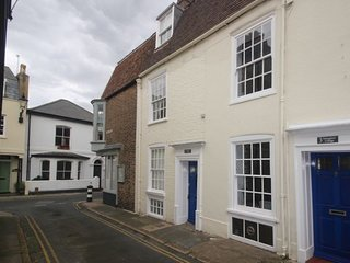 Smuggler's Cottage - A charming two bedroom cottage in the Conservation area in