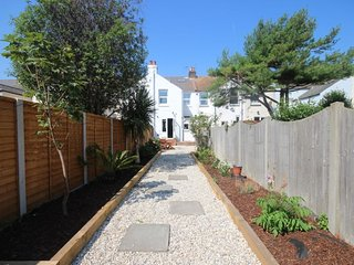 Bailey Cottage - A lovely coastal cottage sleeping 6 with a sunny garden minutes