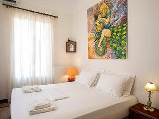 Lovely two bedr'm / 2 bathr'm apt in Athens centre. Access to green roof top!
