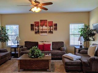 ♡Juniper II - Family+pet friendly home w/garage close to town, big yard w/patio