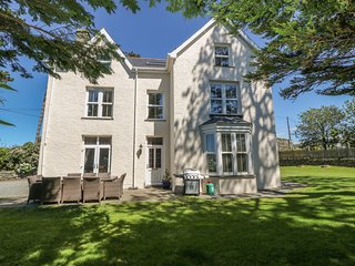 TYDDYN GORONWY, family friendly, luxury holiday cottage, with pool in Talybont