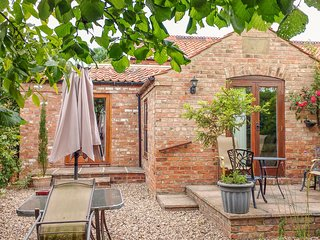 WOLD'S VIEW, patio with BBQ, walks from the door, pet-friendly, Louth, Ref 22023