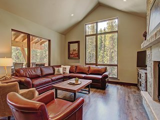 FREE SkyCard Activities - Luxury Townhome, Private Hot Tub, 2 Car Garage