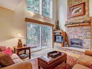 FREE SkyCard Activities - 3-Level Townhome, Close to Town/Skiing, Private Hot