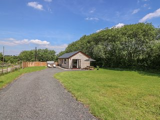 CHERRY TREE LODGE, hot tub, near Llandrindod Wells