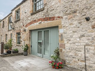 RIVERVIEW MILL RETREAT, town location, off road parking, WiFi, in Bakewell