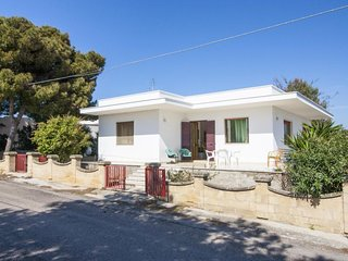 2 bedroom Villa with Air Con and Walk to Beach & Shops - 5335194