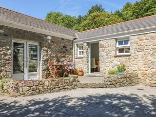 POND COTTAGE modern barn conversion, lush garden with pond, 7 miles to