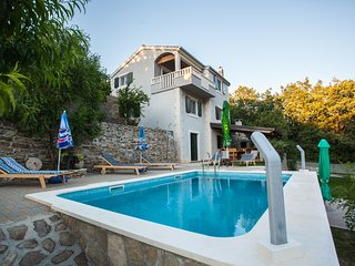 'Villa Eagle' - isolated piece of your own paradise, heated pool, badminton