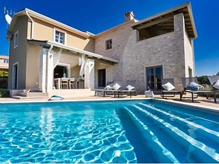 4 bedroom Villa with Pool, Air Con and WiFi - 5803578