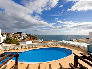 Beautifully presented 2 bedroom townhouse with stunning sea views