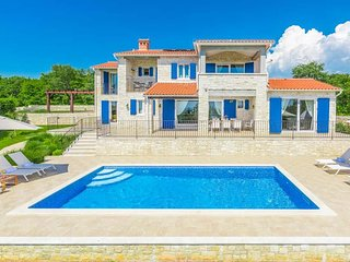 4 bedroom Villa with Pool, Air Con, WiFi and Walk to Shops - 5808265
