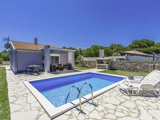 2 bedroom Villa with Pool, Air Con, WiFi and Walk to Shops - 5803577