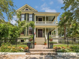 Gorgeous, updated Victorian w/deck & backyard - walk everywhere