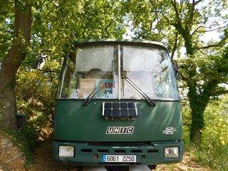 Un bus aménagé dans la forêt de Chateaudouble.