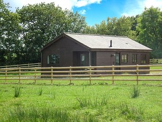 ROWAN, on-site fishing lake, pet-friendly, all ground floor cottage near